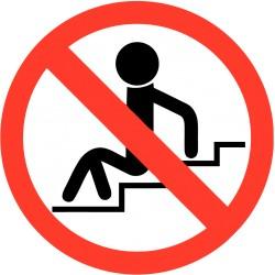 Verboden op de trappen te zitten